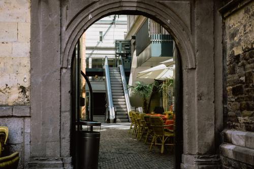 Altes Tor, moderne Treppe