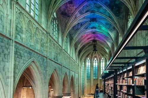 Buchhandlung in einer alten Kirche